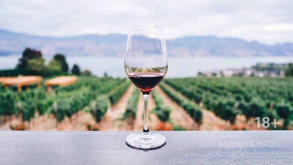 чаша червено вино