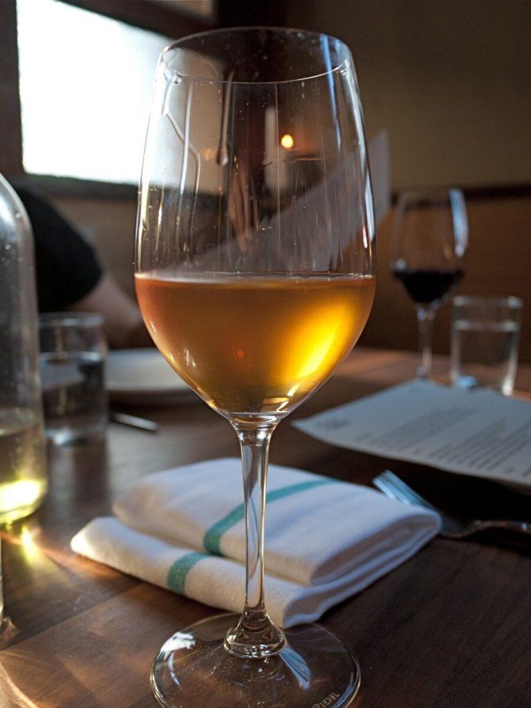 Поради сложния богат аромат, оранжевото вино се сервира в чаши за червено вино