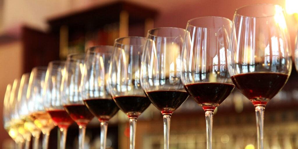 чаши с проби вино за дегустация
